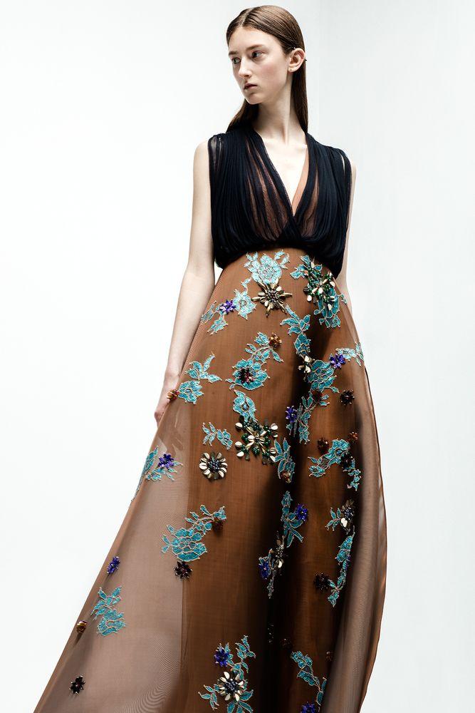 Un auténtico vestido joya: Maravillosa creación de Delpozo en tul de seda marrón y crinolina bordada