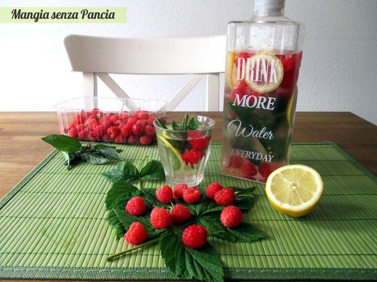 La bevanda depurativa lamponi, limone e menta è dissetante ed è un aiuto per bere tanta acqua grazie al buon sapore dei suoi ingredienti freschi e genuini.