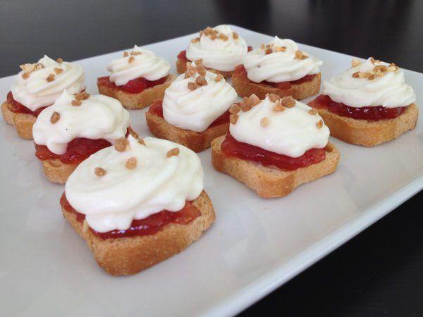 Canapés de queso de cabra. La receta de hoy es muy sencilla y conquista a todo aquel que prueba estos pequeños bocados. Se trata de unos canapés de crema d
