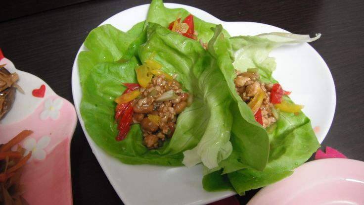Japanese variety of lettuces wrapped with Japanese fermented soy beans,ginger minced chicken and Japanese shimarakkyou shallots seasoned with soy sauce,sesame oil,unrefined soy sauce and Chinese sweet soy bean paste with bell peppers ボストンレタスの生姜鶏ひき肉と納豆の島らっきょう入もろみ甜麺醤ソース包みパプリカ添え。