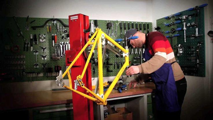 Workshop Steuerrohr fräsen: Bike-Bastl-Wastl PART 1  Unsere neue Workshop-Serie zeigt Euch, wie Ihr ein komplettes Trekkingrad aus Einzelteilen von 0 auf fahrfertig aufbaut. Dabei bekommt Ihr im ersten Teil von unserem Teammechaniker gezeigt, wie Ihr ein Steuerrohr planfräst.