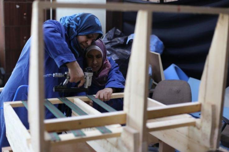 Pelatihan Aneka Kerajinan Tangan untuk Warga Berkebutuhan Khusus di Gaza  Foto: MEMO  LONDON Sabtu (Middle East Monitor): Di sebuah gedung bertingkat dekat Universitas Islam di Gaza terdapat berbagai kelompok pengrajin yang menguasai beraneka ragam kerajinan tangan. Mereka membentuk sebuah proyek yang ditujukan bagi mereka yang berkebutuhan khusus. Manal Massna merupakan media officer untuk sebuah proyek yang membantu warga Gaza berkebutuhan khusus agar terintegrasi secara sosial dan ekonomi…