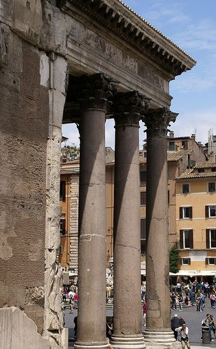 Der Bau des Pantheon als Tempel aller Götter wurde 27 v. Chr. von Agrippa, dem Schwiegersohn des Kaisers Augustus, gestiftet und 200 Jahre später nach einem Blitzeinschlag von Kaiser Hadrian in der heutigen Form neu erbaut. Das Pantheon blieb so gut erhalten, da es bereits am 01. 11. 609 als christliche Kirche auf den Namen Santa Maria ad Martyres geweiht wurde. Im Proanos (Vorhalle) stehen 16 monolithische Säulen aus rosa und grauem Granit mit korinthischen Kapitellen, die 12,5 m hoch sind…