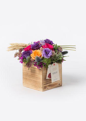 RAJA |El yapımı islenmiş çam kutuda lisianthus, hüsnüyusuf, pembe Roma astranthe, fuşya Tacazzi gül ve turuncu güller, erginium, green trick, başak dalları. | Bloom and Fresh