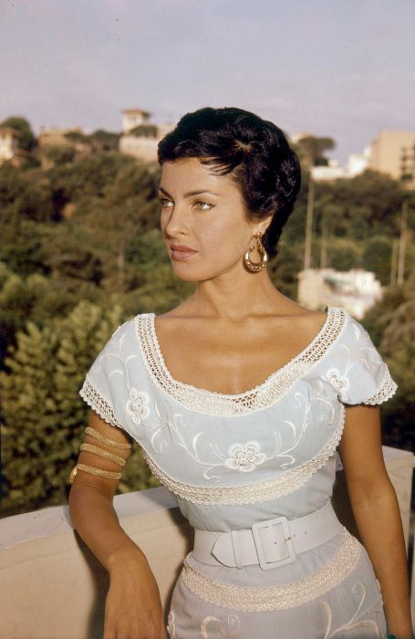 Silvana Pampanini (b. 1925) Love everything she's wearing.