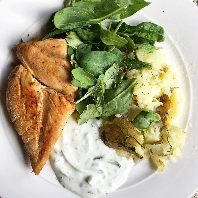 Enkelt och gott - kycklingfilé med mosad potatis, sallad och tzatziki  😋#deffmat #kyckling #fitnessfood #hälsa #foodprep #träna #träningsmat #deff #sweden #healthyfood #foodblogger #foodinstagram #chicken #dinner #mealprep