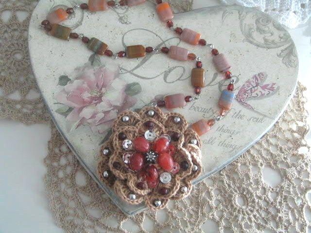 virkattu koristeltu irroitettava kukka, helminauhassa.