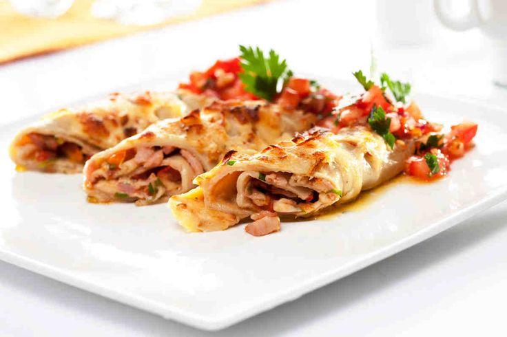 Naleśniki z mąką gryczaną nadziewane szynką i pomidorami z tartym oscypkiem  #smacznastrona #przepisytesco #naleśnikizmąkągryczaną #szybka #pomidory #tartyoscypek
