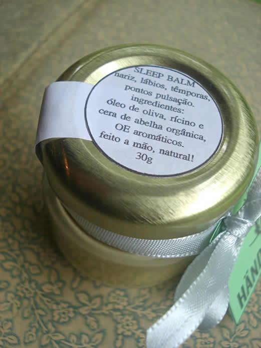 Sleep Balm: Ele aquieta pensamentos e relaxa a mente, você vai adormecer naturalmente. Este balm é perfeito para acalmar a mente! Ingredientes: Óleo de oliva, rícino e cera de abelha orgânica, óleos essenciais de tangerina orgância, lavanda, alecrim, gengibre, cedro atlas orgânico e CO2 alecrim orgânico. Preço: R$20.00