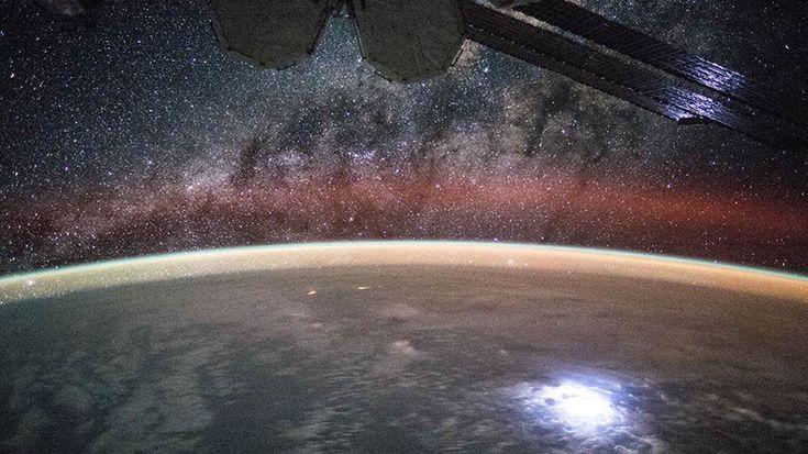 Webtekno ///  Uzay İstasyonundan Gelen Yıldırım Fırtınası Görüntülerine 'Gizemli Parlaklıklar' Takıldı!