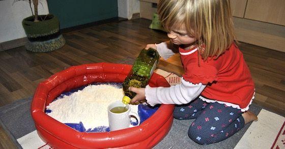 Vermisst dein Kind den Sandkasten bei schlechtem Herbst- oder Winterwetter? Mit Zaubersand holst du den Spielplatz ins Wohnzimmer!