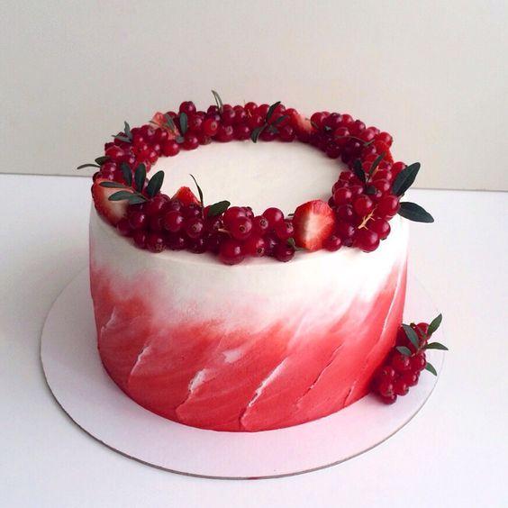Красный бархат с крем-чиз и малиной. Оформлен венком из ягод клубники и красной смородины. Автор Instagram.com/lena_vlasova_cakes:
