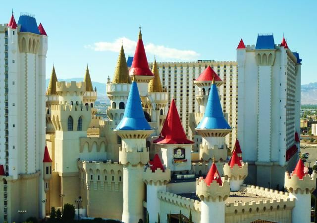 Find the cheap food, the free attractions and the affordable things to do in Las Vegas hotels with a hotel by hotel guide for visitors on a tight budget. Free in Las Vegas!: What Is Cheap At Excalibur