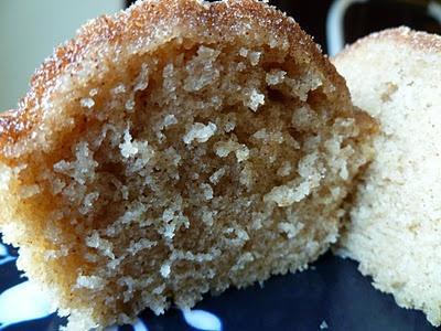 Snickerdoodle Cupcake ~ von Grund auf neu: Mehl, Zucker, Eier, Milch; mit Zinn bestäubt …