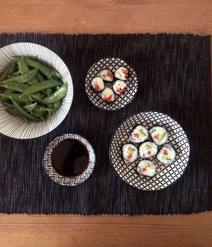 Hier findest du ein Rezept für veganes Superfood Sushi. Mit den richtigen Tipps und Tricks ist die Zubereitung gar nicht schwer.