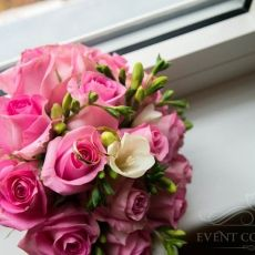 pink-roses-freesia-wedding-bouquet-in-prague