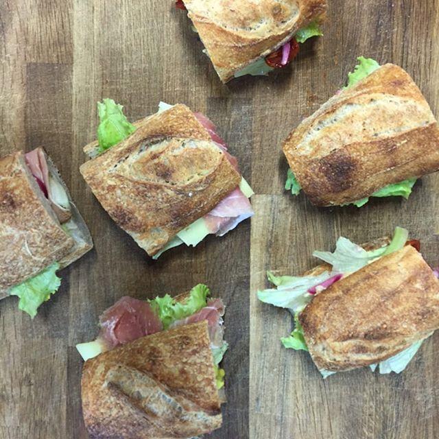 THE BREAD STATION Berlin jetzt mit neue Sandwiches. Geräucherter Schinken von Rødder, Comte-Käse und selbstgemachte Mayo. Vegetarisch mit Karotten-Creme und Humus. Alles wie gejser bio #sandwich #bio #bread #lunch #gourmet #berlin