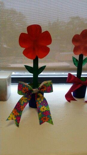 Regalo para mamá flor con hecha de botella de plástico y vasitos de play dooh