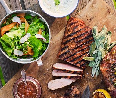 Grillplanka på utskuren fläskkotlett är en välkommen nyhet i köttdisken. Grilla ca 5 min på varje sida, låt köttet vila innan det skärs upp och servera med en barbequesås smaksatt med kaffe, en fräsch sommarsallad och en lime- och koriandercrème.