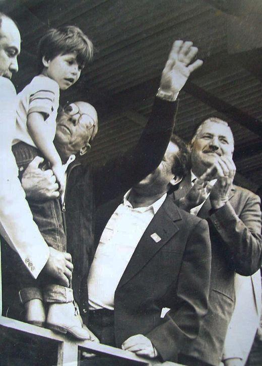 Jo Ignacio envia foto, feita na década de 1970, que mostra o general João Baptista de Oliveira Figueiredo (segurando uma criança) durante sua visita a Joinville como presidente da República. Segund...