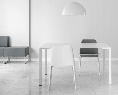 Sedia bar e ristorante Laja, formata da cinghie elastiche incrociate. Sedia con lo schienale leggermente elastico ed accogliente, proposta in vari colori.