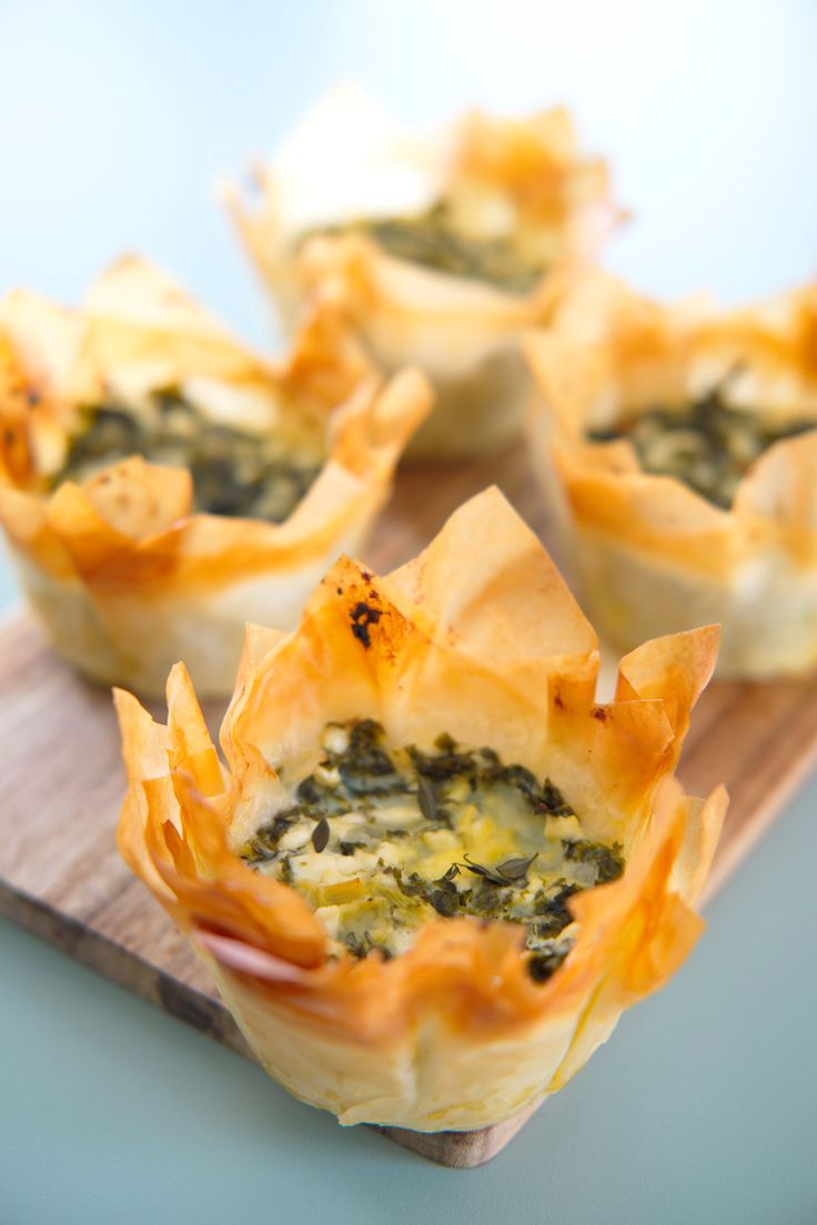 Lag enkle og utrolig smakfulle prosjonspaier på gresk! Spanakopita er en gresk pai fylt med fetaost og bladgrønnsaker innhyllet i oljesmurte, papirtynne ark av filodeig. En vegetarisk godbit til hverdag og fest! http://www.gastrogal.no/spanakopita/  #CottageCheese, #Feta, #Filodeig, #GreskPai, #Grønnkål, #Mangold, #Pai, #Porsjonspai, #Spanakopita, #Spinat, #Spinatpai, #Vegetarisk
