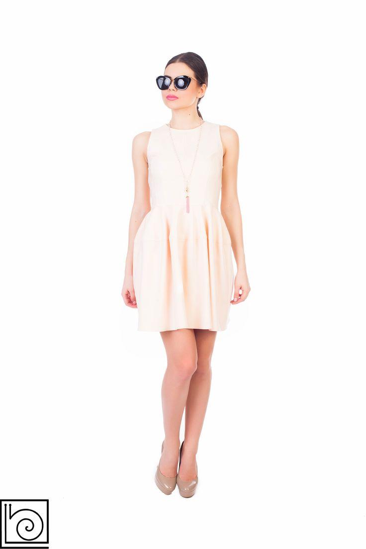 Платье нежно абрикосового цвета без рукавов. На спинке молния. Imperial. Италия.