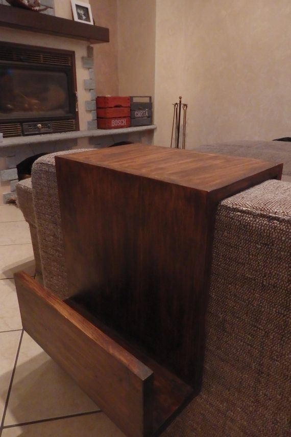 Portariviste realizzato artigianalmente con legno di abete.
