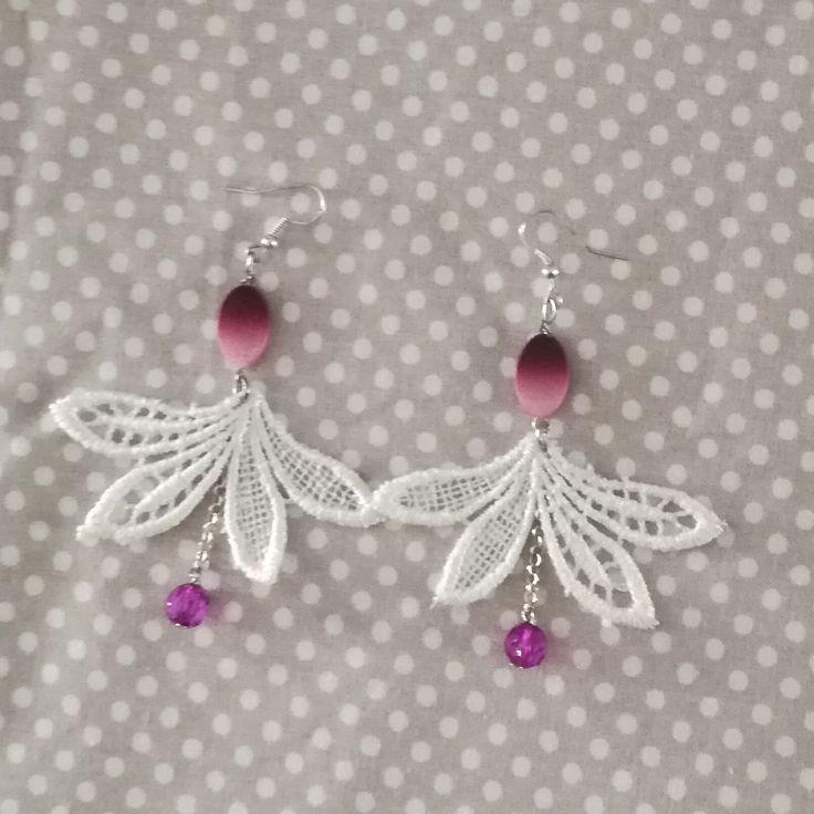 boucles d'oreilles dentelle blanche et perle facette violette mariage : Boucles d'oreille par tresoreloa