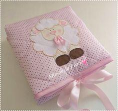Trocador de bebê para levar na bolsa... <br>Confeccionado com tecido 100% algodão na cor rosa com bolinha marrom <br>Revestido com manta acrílica que deixa ele fofinho e com plástico do lado de trás para facilitar na hora de higienizar <br>Facilita a troca do bebê em qualquer lugar em que estiver <br>Acabamento em viés na cor rosa <br>Bordado em Patch Aplique de Ovelha <br>Medidas: 50 cm de largura e 60 cm de comprimento <br>Fazemos outras cores também e o desenho em que escolher.. <br…