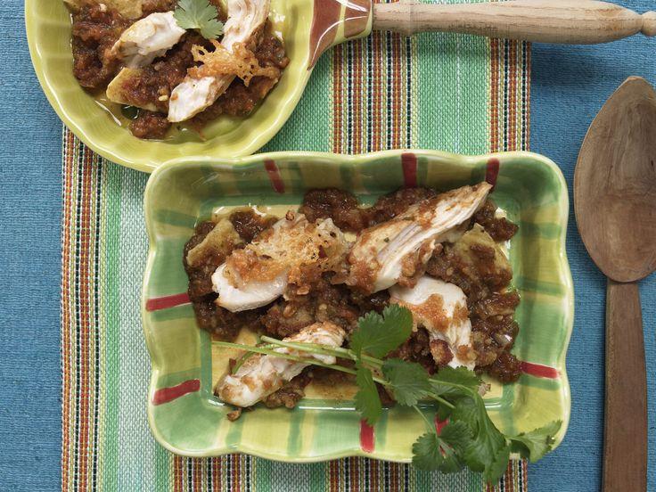 Überbackenes Chili-Hähnchen - mit Tortilla-Chips, Tomaten und Käse | Kalorien: 274 Kcal - Zeit: 40 Min. | http://eatsmarter.de/rezepte/ueberbackenes-chili-haehnchen