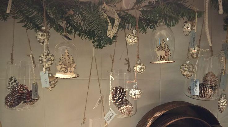 Decoro Natalizio per mensola, realizzato con campane e vasetti di leggerissimo #vetro #pigne #abete #pizzo # festone #Natale #anaphalishomedecor Cento FE Italy