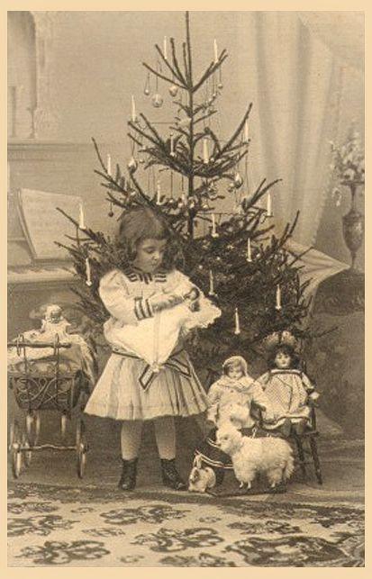 Photo Antique ~ + fille douce entouré de poupées et jouets sous l'arbre de Noël.