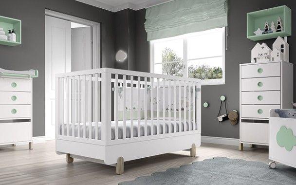 Habitación de bebé con cuna convertible con patas de estilo nórdico ...