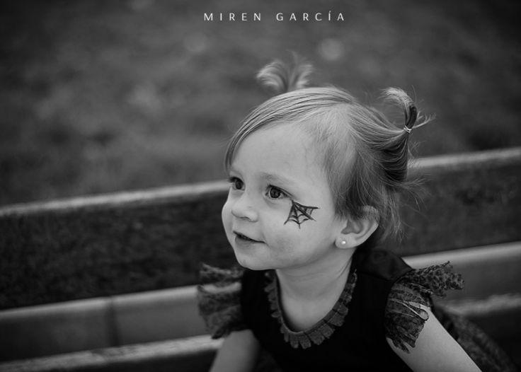 Brujita en Halloween. Fotografia en blanco y negro de la mano de Miren García (Santurtzi, Vizcaya)  www.mirengarciafotografia.com