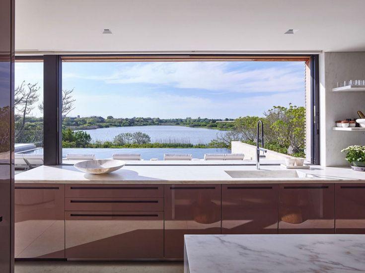 Une vue imprenable sur l'eau de la piscine et celle de l'océan qui se fond dans l'horizon