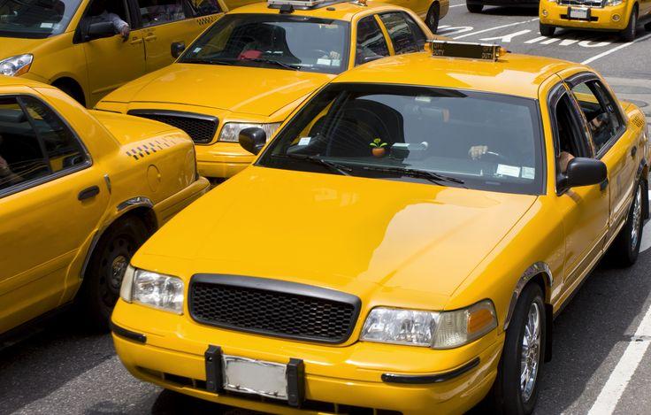 New Yorkin keltaisen taksin voi napata lennosta kättä kerran nostamalla. Taksi on vapaa, kun valo katolla palaa. #NYC #Aurinkomatkat