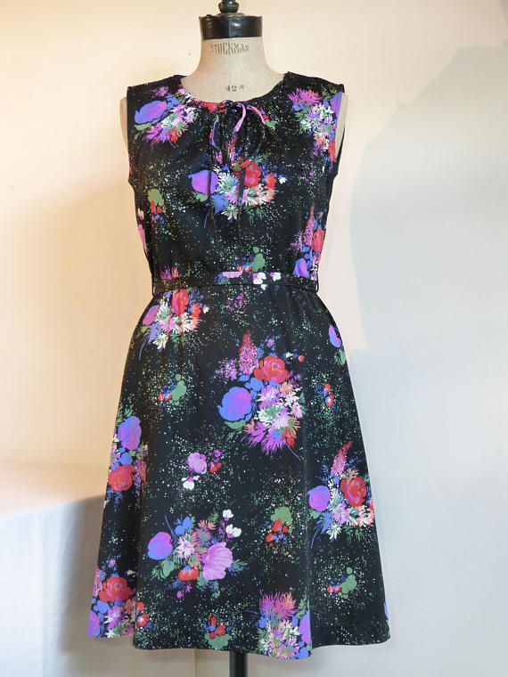 Pink & purple flower jersey sleeveless summer day dress - size M - French 70s vintage pretty pink & purple flower print on a black background closes at the back with a long zip, a link on the neckline allows to gather it as desired, comes with its matching tie-up belt the fabric feels like polyester jersey (= a bit stretchy), the tag has been cut off the dress should fit best a modern European size 38 (= US size M) - please check measurements below very good condition  [flat...
