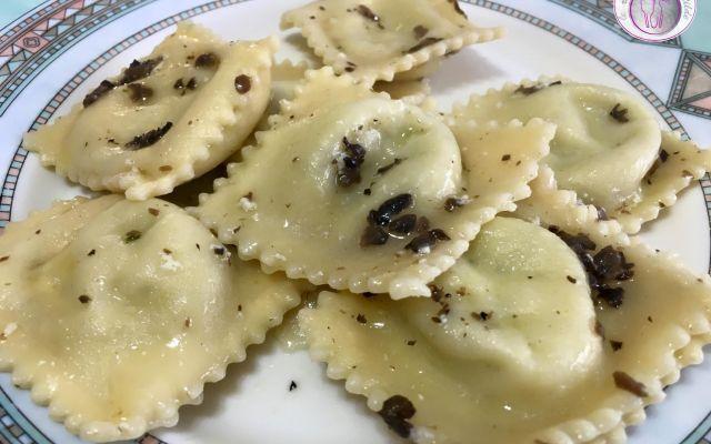 Ricetta dei ravioli al tartufo nero Tra i tanti lati positivi del fare la pasta in casa, vi è quello di poter farcire i ravioli con gli ingredienti che più ci piacciono. Io per oggi ho pensato di farcire questi ravioli con della mozzar #ricette #cucina #primi #ravioli