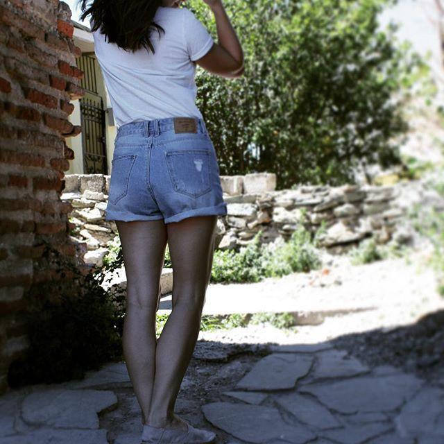 Vacation mode: ON 😎 . . . . . . #streetfashion #streetphotography #streetstyle #summeroutfit #outfitinspiration #outfitinspo #rippedjeans #jeansshorts #ootd #fashion #outfit #style #fashiongram #fashionaddict #liketkit #instafashion #instastyle