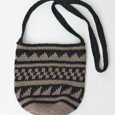 Som nævnt er jeg tosset med Marokko – landet, maden, naturen, menneskene og håndværkertraditionerne. Kvinderne på markederne hækler de mest fantastisk kameluldshuer (se foto nederst i indlægget), som har inspireret mig til at hækle den lille fine skuldertaske i en lækker og stabil bomuld/hør-kvalitet. Hvis du gerne vil kunne lukke tasken, kan du hækle en lille strop midt på taskens…