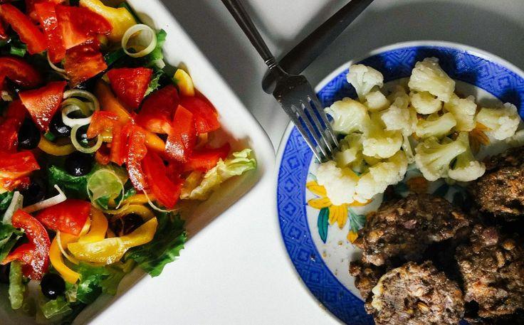 Я скептически отношусь к еде, которая приготовлена дважды. То есть, например, сначала отварена, потом обжарена. Да и лениво мне. Но иногда такое можно сделать и съесть в охотку.   Чечевичные котлетки!  [1 чашка отваренной до полуготовности чечевицы + 1 морковь +1 луковица + соль+ специи по вкусу]  Обвалять каждый в панировочных сухарях перед жаркой  #рецепт #рецепты #вкусно #полезно #фотоеды #салат #kindcook #пост #веган #вегетарианство