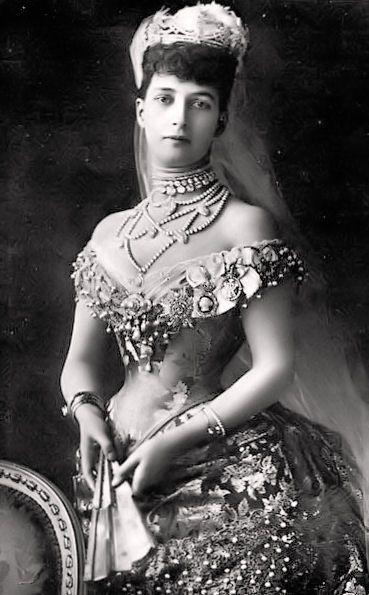 Maria Feodorovna e le sue due sorelle furono tre celebri bellezze dell'epoca. Una sorella fu Alessandra, sposata al Principe di Galles (futuro Edoardo VII), della quale sono state postate varie foto. La terza sorella, Thyra, fu la Duchessa di Cumberland. Translation, anyone?
