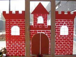 Kasteel op het raam. Stenen getekend op een wit papier, deze gekopieerd op rood papier en door de kinderen laten knippen. Contouren van een kasteel op het raam getekend met een whiteboardmarker en vervolgens steentjes opgeplakt met kleuterlijm.