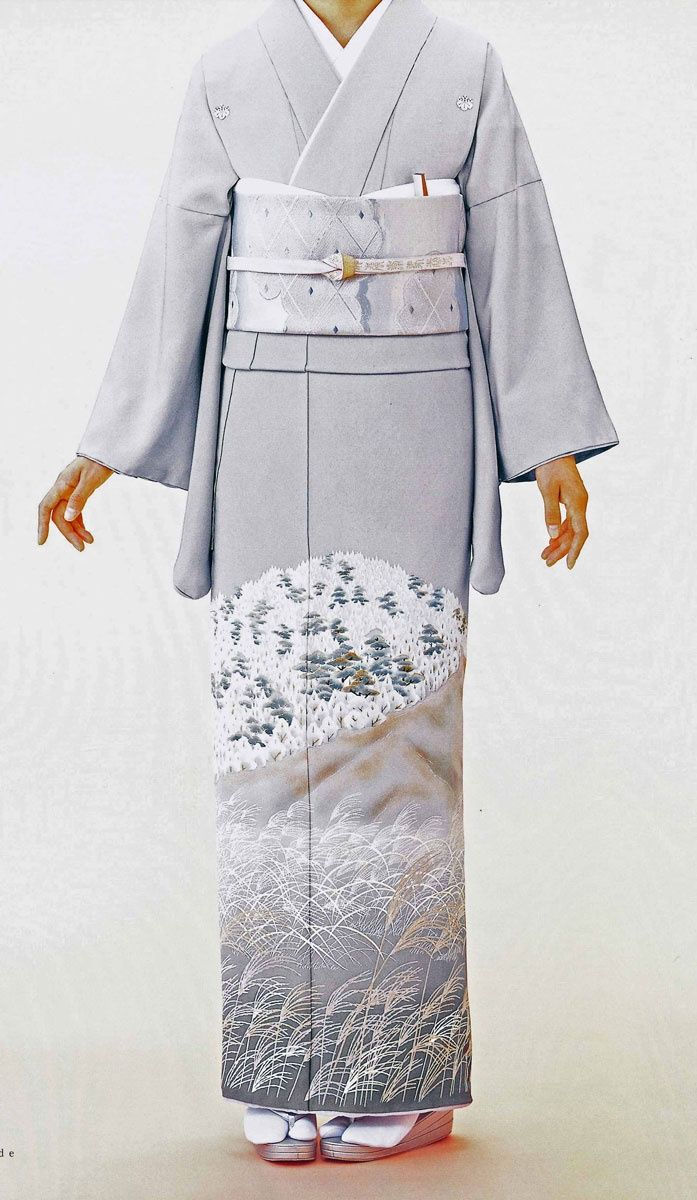 Irotomesode  (色留袖): single-color kimono, patterned only below the waistline. Irotomesode with five family crests are the same as formal as kurotomesode, and are worn by married and unmarried women, usually close relatives of the bride and groom at weddings and a medal ceremony at the royal court. An irotomesode may have three or one kamon. Those use as a semi-formal kimono at a party and conferment.