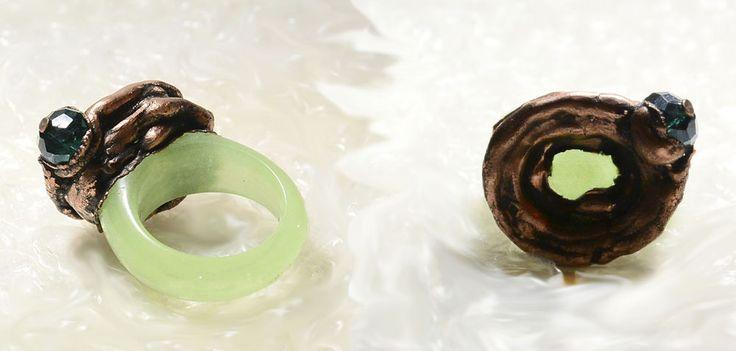 Перстень. На обычное каменное кольцо наложено гальваническим способом медное навершие, в которое в свою очередь включена хрустальная бусина