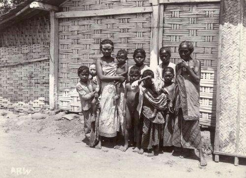 Javaanse vrouwen met hun kinderen in Malang. 1910-1930