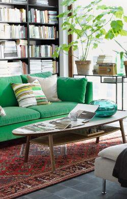 Divano STOCKHOLM verde in un soggiorno ispirato alla natura