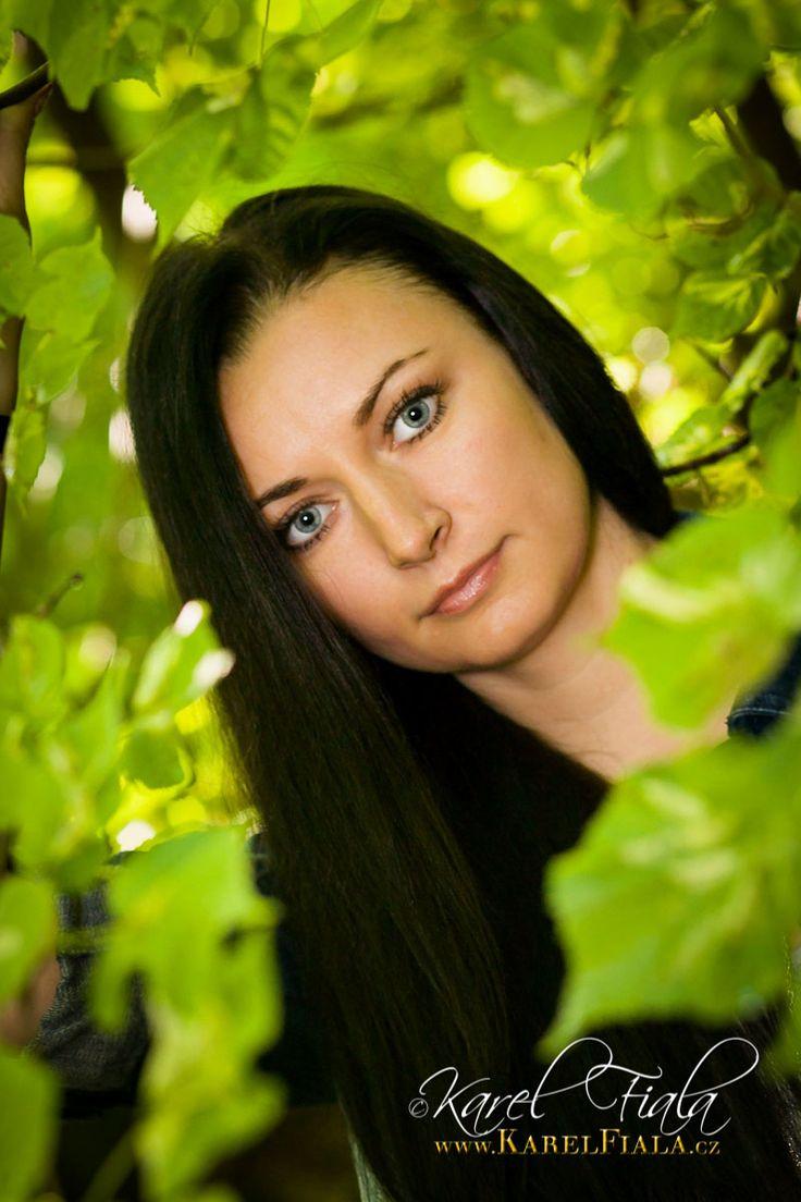 Portrétní fotografie ženy v exteriéru