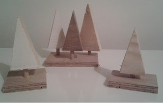 Kleine kerstboompjes gemaakt van sloophout